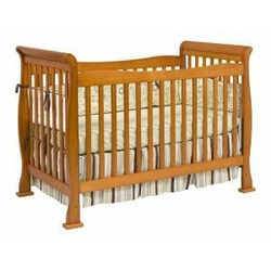 Reagan Baby Crib Set in Oak
