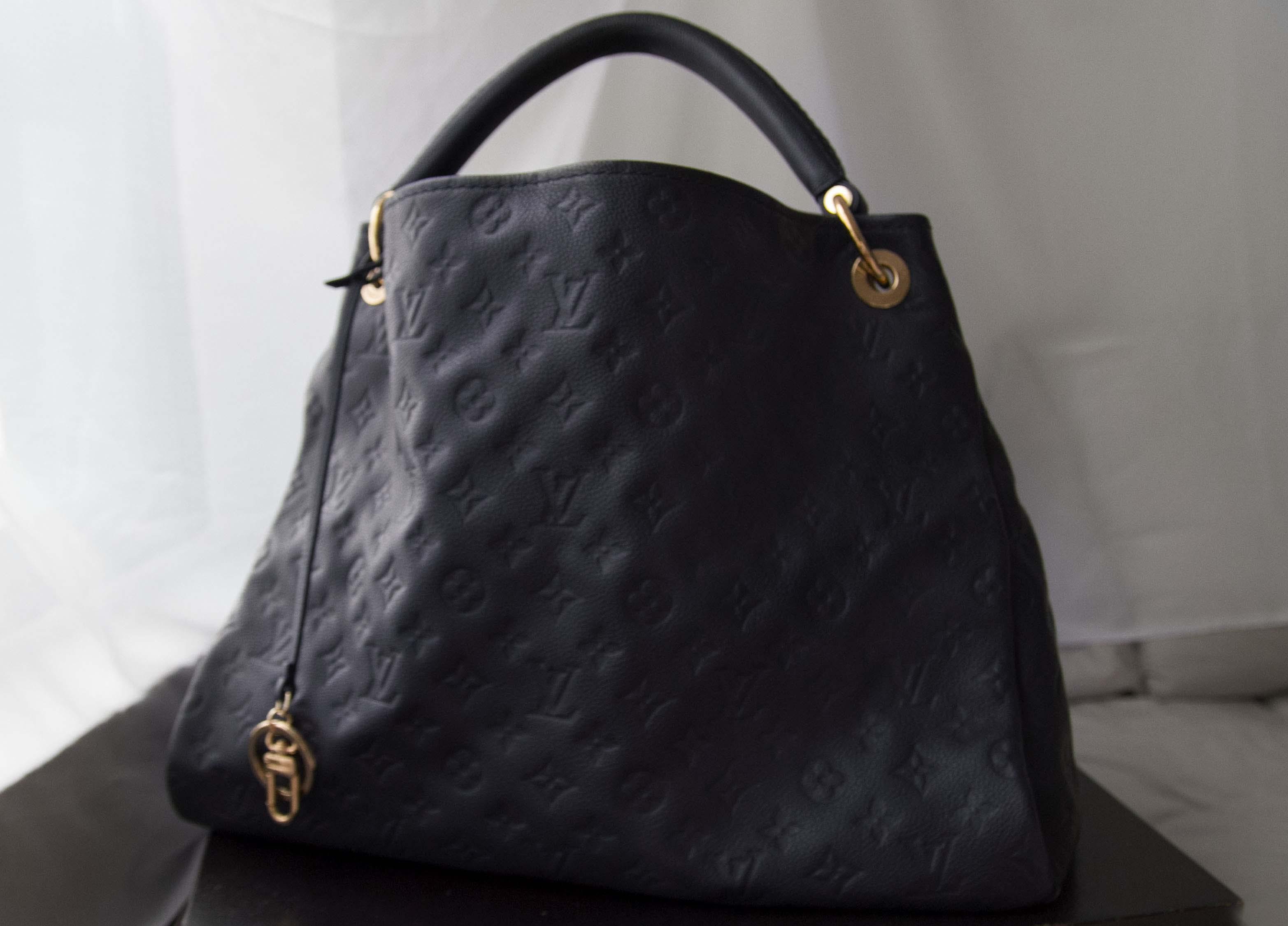 8d743f8fee33b Black Louis Vuitton Artsy Bag